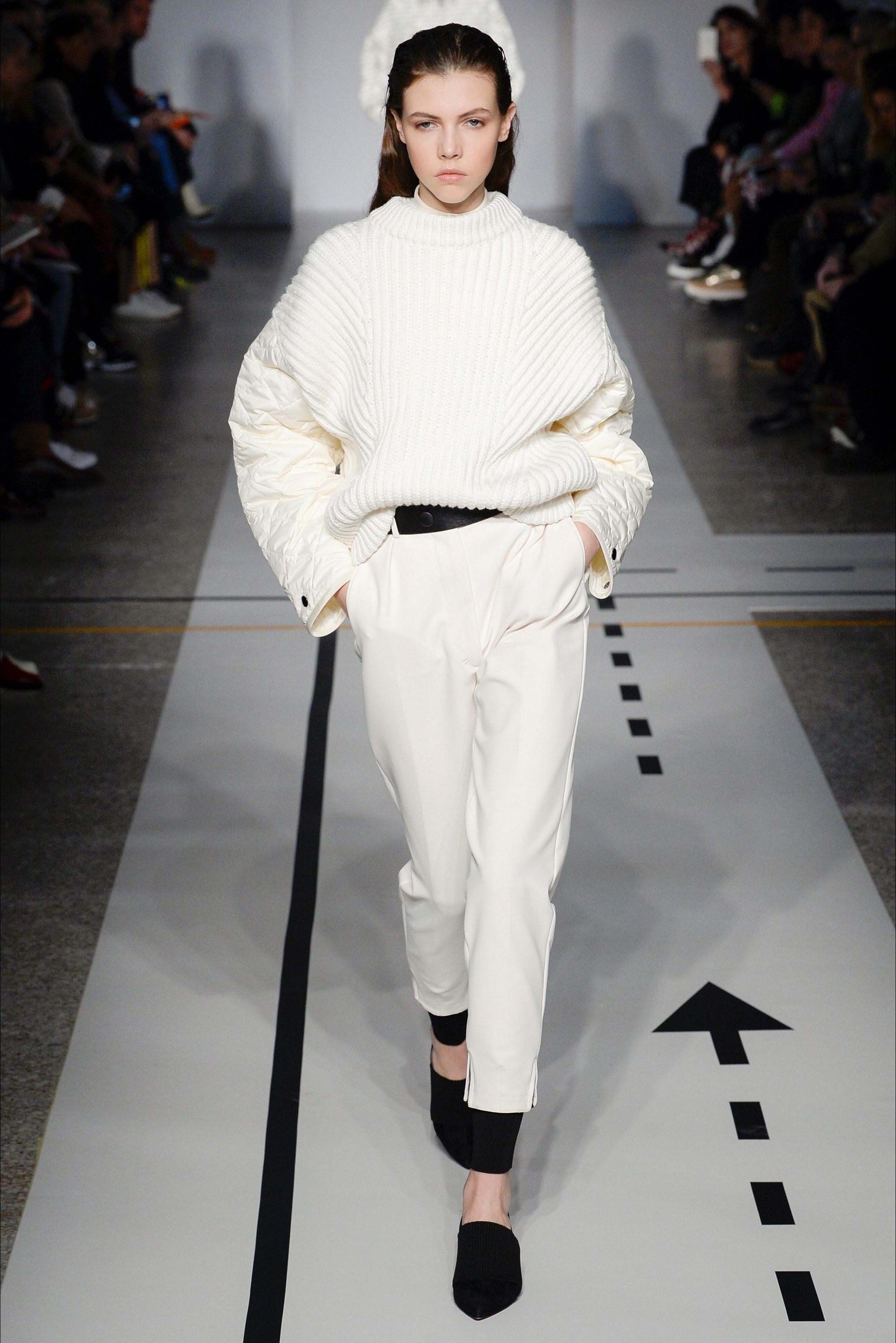 Guarda la sfilata di moda Sportmax a Milano e scopri la collezione di abiti  e accessori per la stagione Collezioni Autunno Inverno 2017-18. c79aebb683c