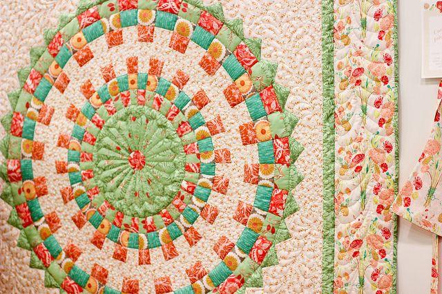 Here's an idea for a quilt motif! Tykkäisin ehkä välillä tehdä ympyräkuvioisen työn, mutta sen täytyy olla kirjava.