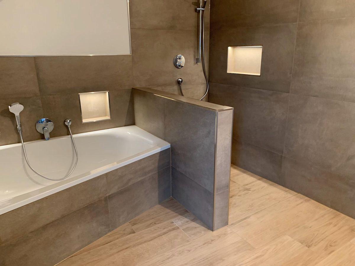 Gunstige Fliesen Bei Frankeraumwert In 2020 Badezimmer Dachschrage Bad Badewanne Dusche Kleines Bad Fliesen