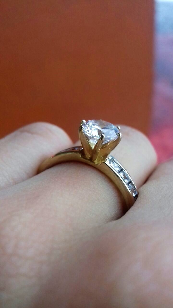 c9d5dde4ff18 Anillo de compromiso en oro amarillo de 10 kilates. Piedra central   Simulante de diamante