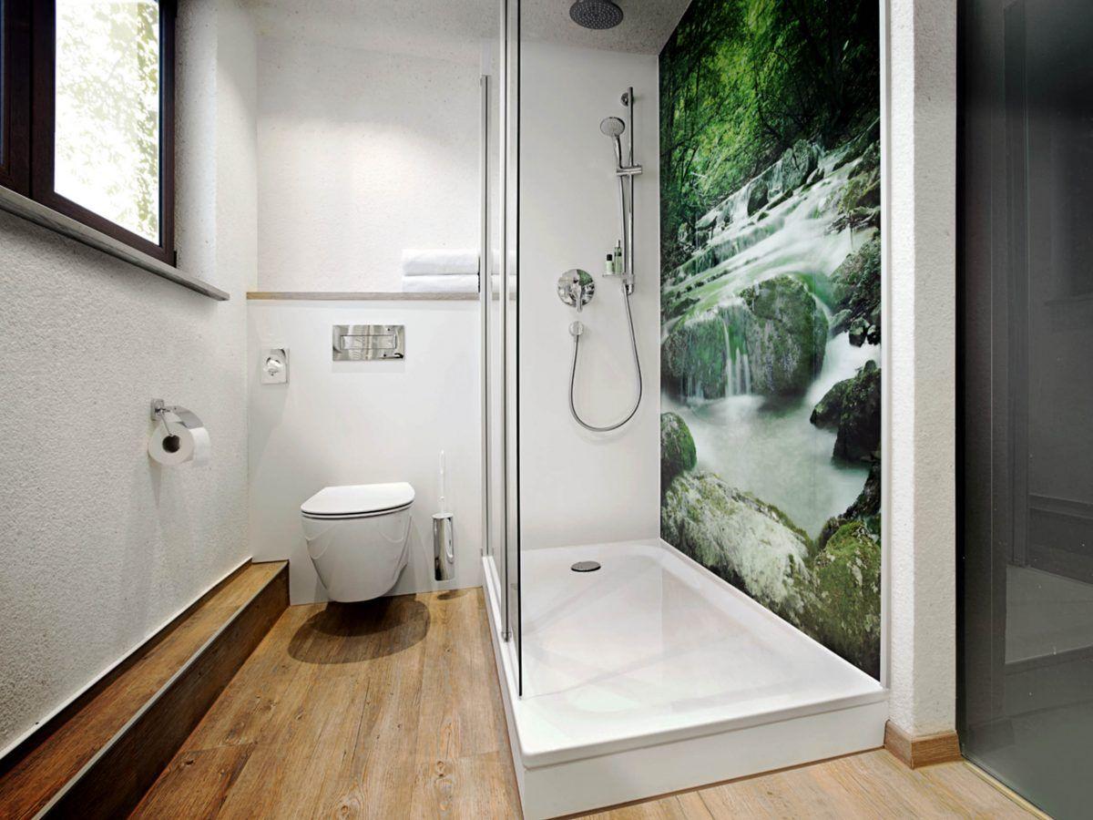 Modern Bathroom With A Printed Shower Wall Badezimmer Renovieren Bad Renovieren Und Badezimmer Dekor