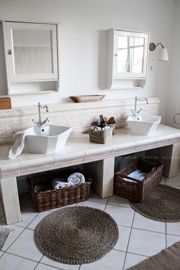 großzügiges Badezimmer mit großer Badewanne und hellen Fliesen - fliesen für badezimmer