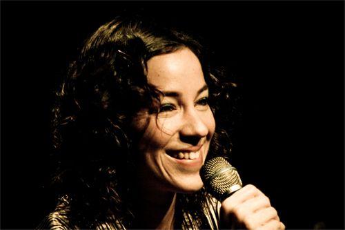 """Apresentando canções de seu mais recente álbum, """"Longe de Onde"""", Karina Buhr sobe ao palco do Sesc Santo Amaro nos dias 30 de outubro e 1 de novembro, com entrada até R$ 20."""