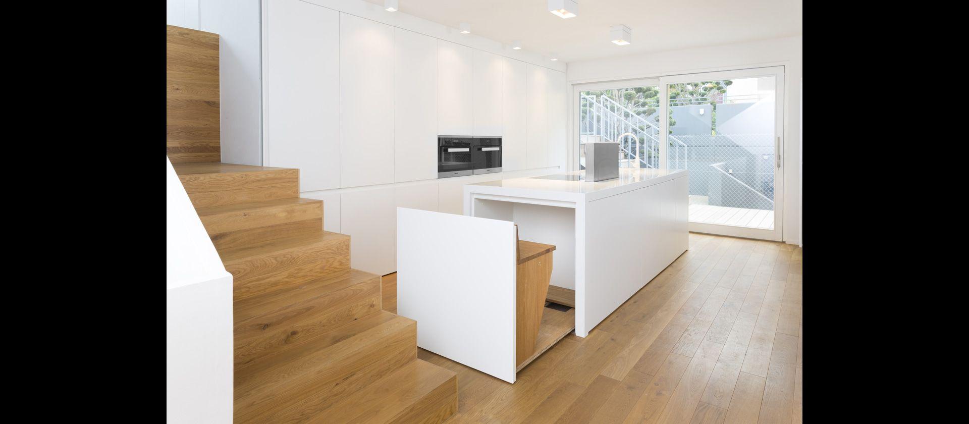 küche im wohnraum weiss glänzend eiche natur mineralwerkstoff