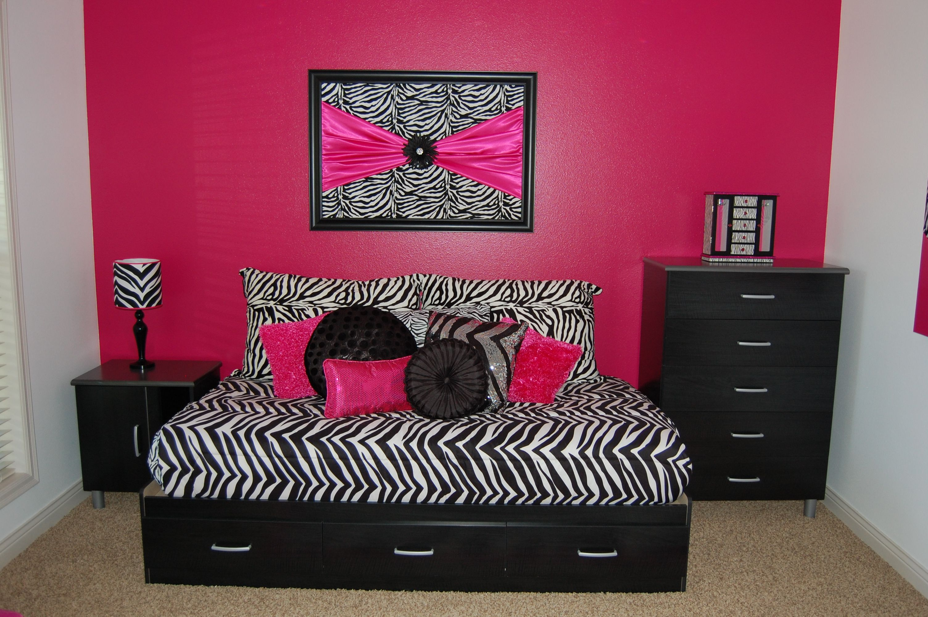 Girls Zebra room with hot pink. | Pink bedroom decor, Black ...