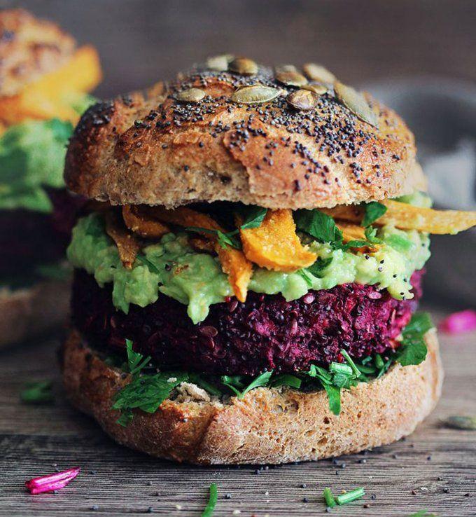 Burger végétarien au guacamole, quinoa et à la betterave