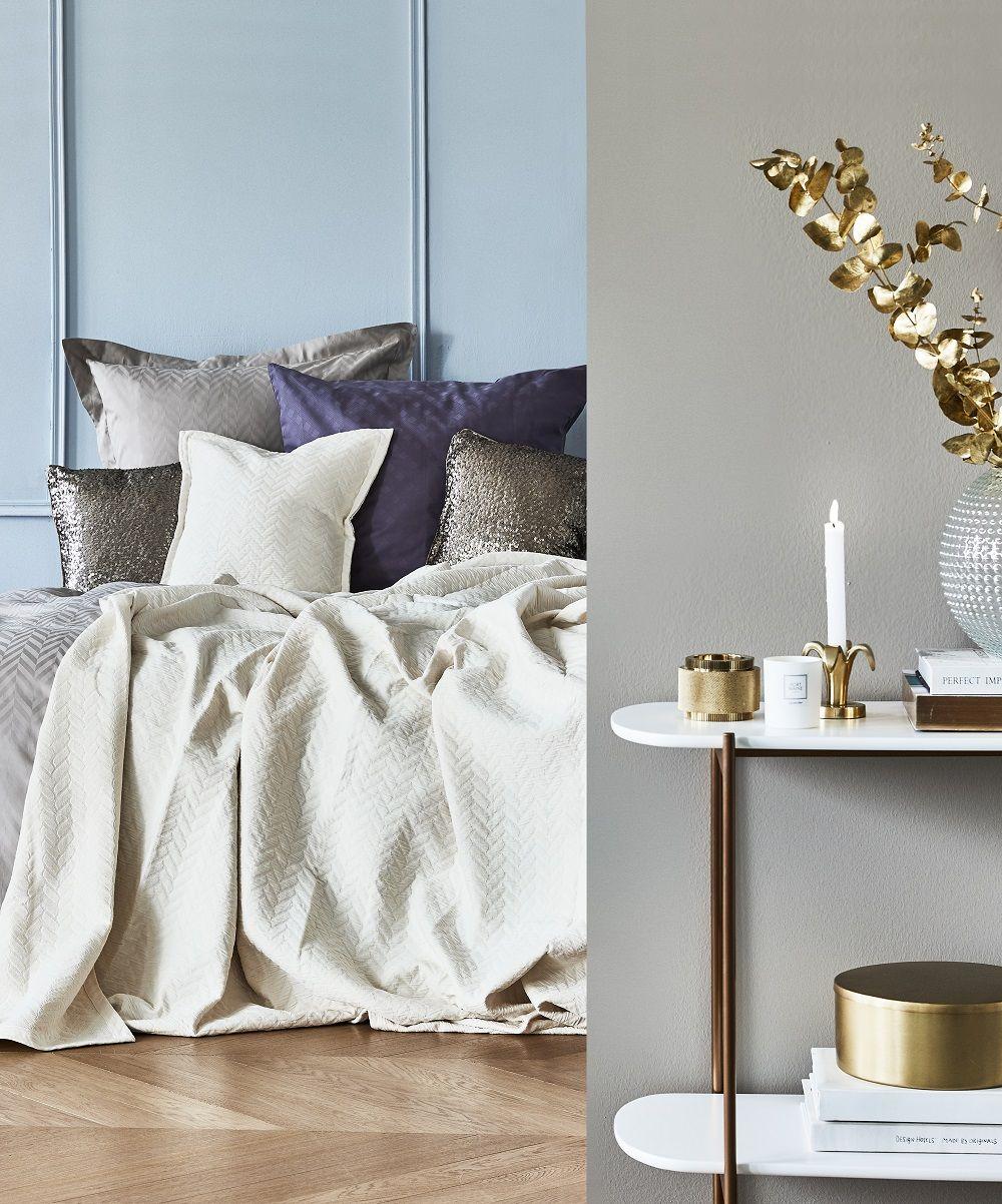 Bedroom Goals Dieses Traumhafte Schlafzimmer Ist Pure Eleganz Bettwasche Im Metallic Look Dazu Goldene Accessoires Und Kerze Haus Deko Dekor Inneneinrichtung