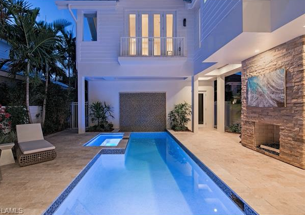Beach House With Courtyard Pool In Olde Naples Florida Fachadas Hogar