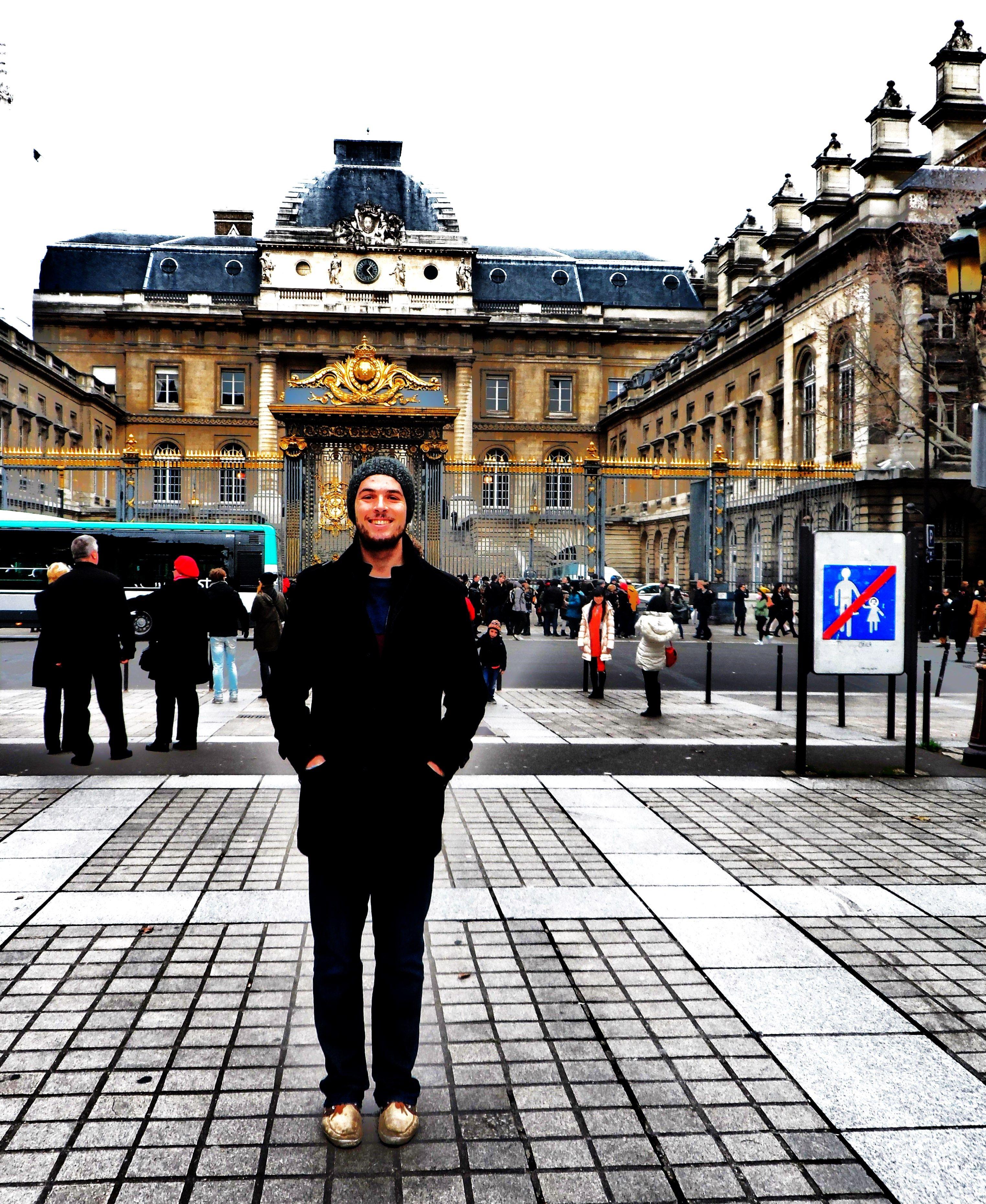 UN AMI EN PARIS