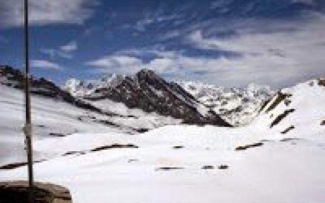 Scialpinismo : la Capanna Monte Leone Alla ricerca dell'ultima neve di maggio : una comoda escursione nell'area del passo del Sempione, vero paradiso per gli appassionati. La vetta dell'elegante Monte Leone si erge sull'omonima capanna e #scialpinismo #sempione #leone #neve