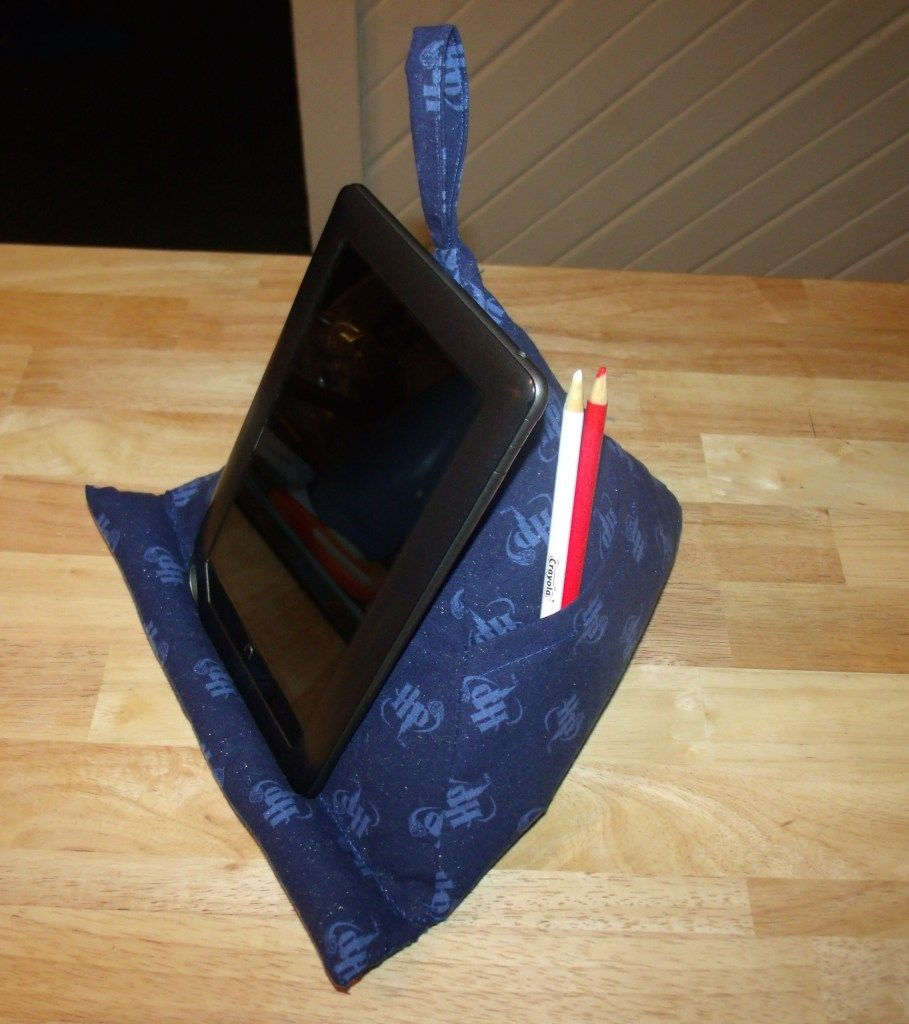 A triangular pyramid Pillow tablet stand with tutorial - HOME SWEET HOME