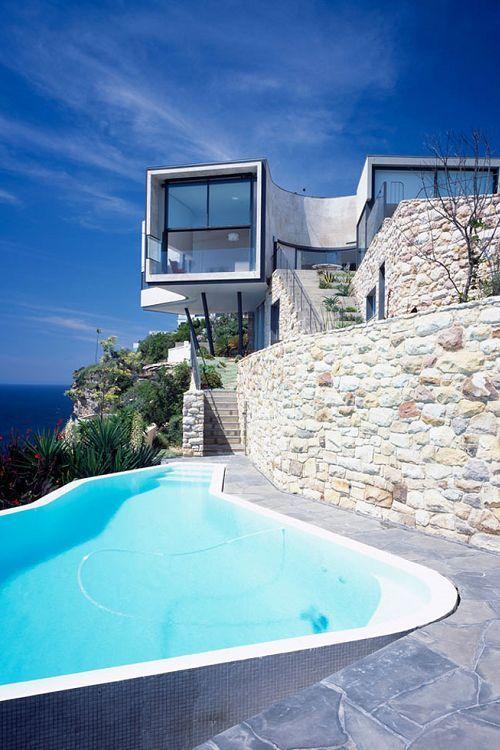 Großer Pool eine fassade aus glas und naturstein und ein großer pool hier
