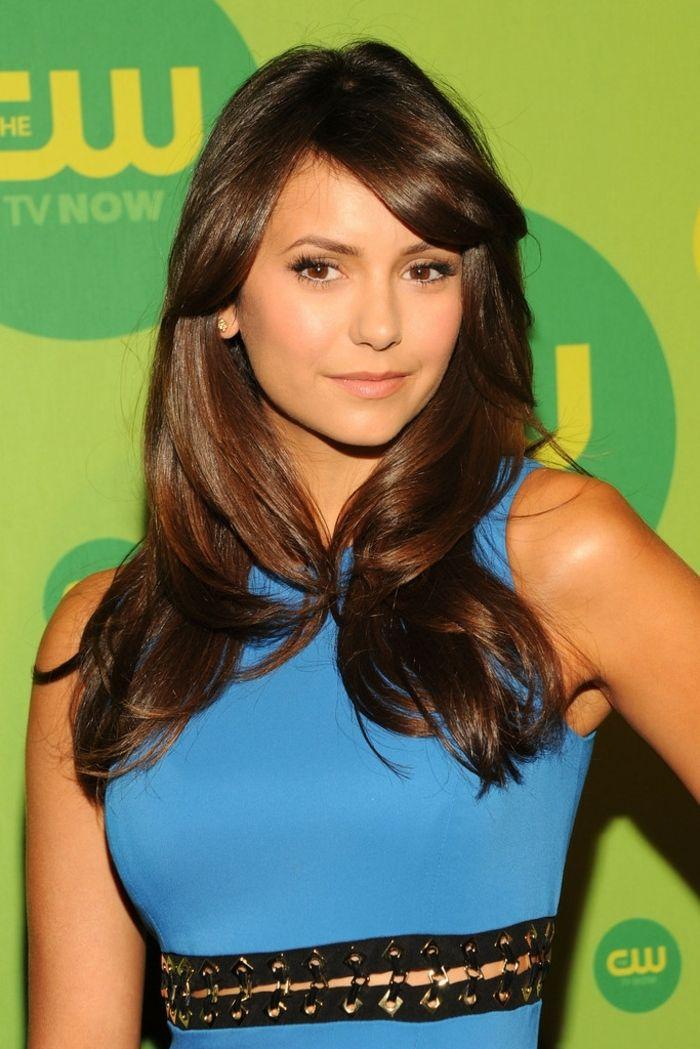 comment choisir sa couleur de cheveux, robe bleu avec ceinture noire, Nina  Dobrev, coiffure marron avec frange sur les côtés, maquillage smoky yeux 38b8cee69c5