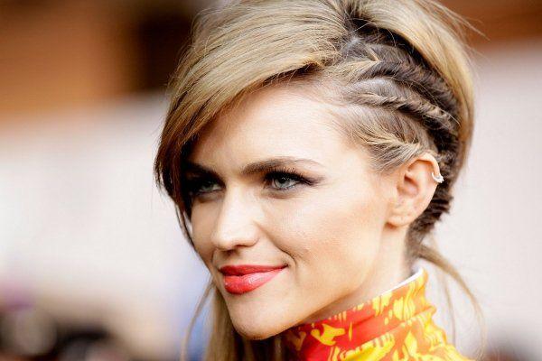 coiffure torsade pour une femme avec une frange