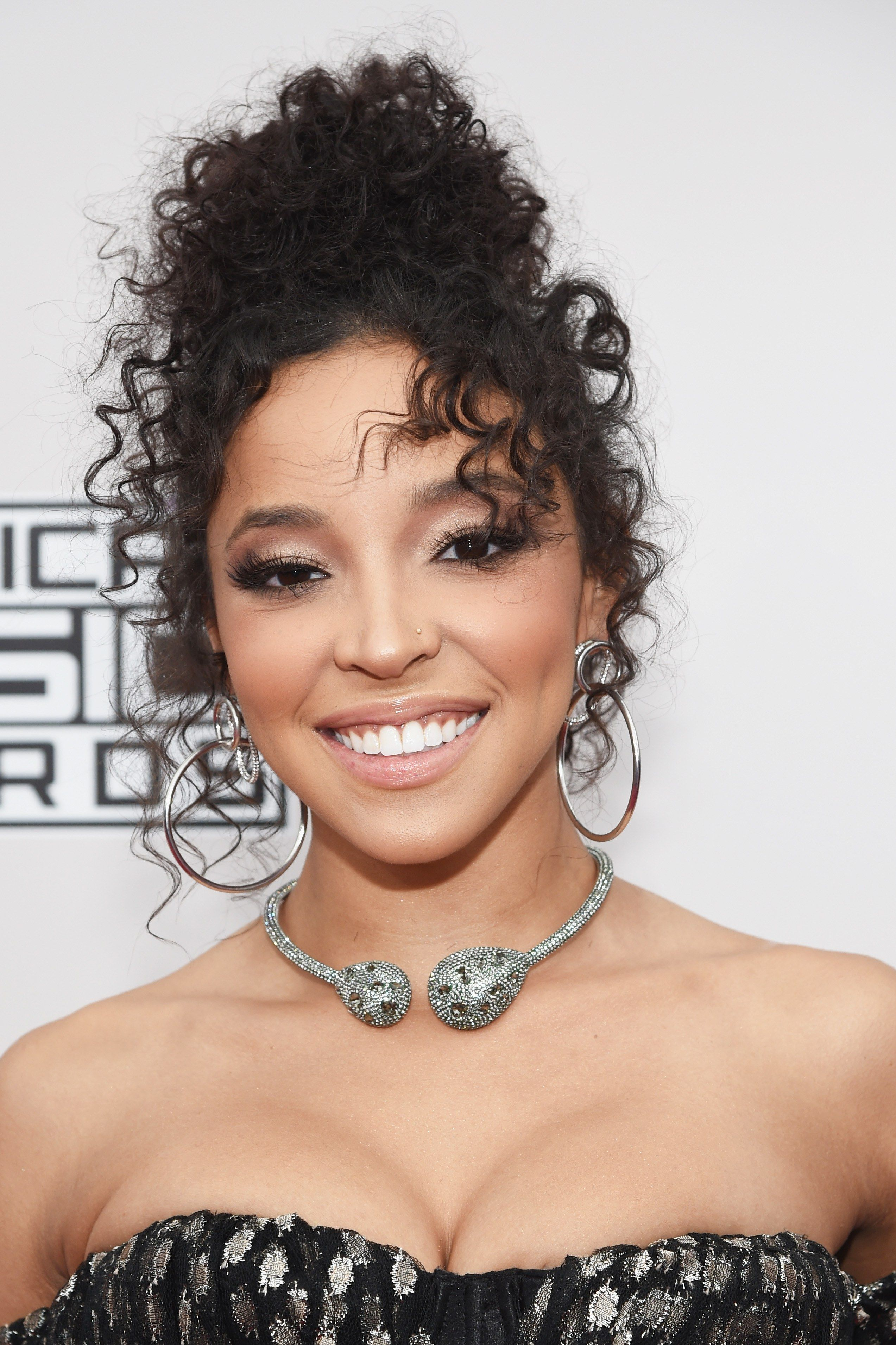 The 13 Most SHOW-STOPPING Beauty Looks from the AMAs Red ...