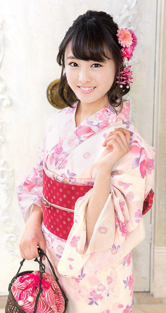 ピンクの浴衣姿の大友花恋さん