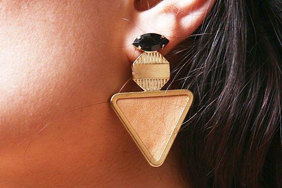 Anweisung Ohrringe. Goldene Dreieck von ShaniJacobiJewellery, $52.00