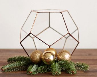 De kerst-tafel met deze geometrische serviesje opwarmen en maken het schitteren! Dit stuk graag een mooie lichtbron slechts met een kleine theelicht kaars, en geniet van het omgevingslicht toegevoegd aan de tabel van uw vakantie. Koppel een rustieke schermweergave, strooi dennenappels en peulen te midden van de kaarsen, zilveren en gouden accenten met rustieke, gevonden voorwerpen en een boeket acteurs winterse tuin pakt naast bloemen.  CADEAU ALERT! Op zoek naar een kous stuffer voor het…