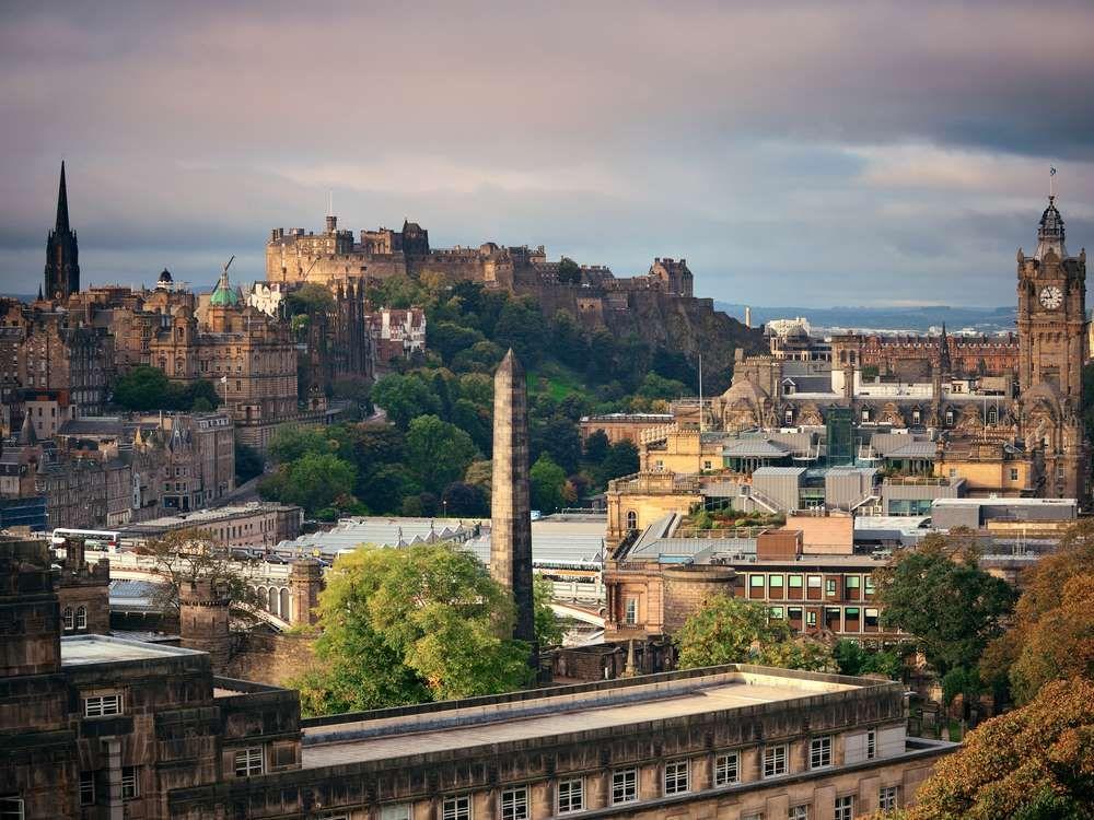 Der Blick von Arthur's Seat auf die Altstadt und Edinburgh Castle - Songquan Deng / Shutterstock.com