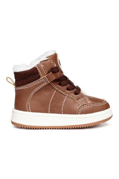 Hoge sneakers met een vetersluiting voor, een ritssluiting aan de ...