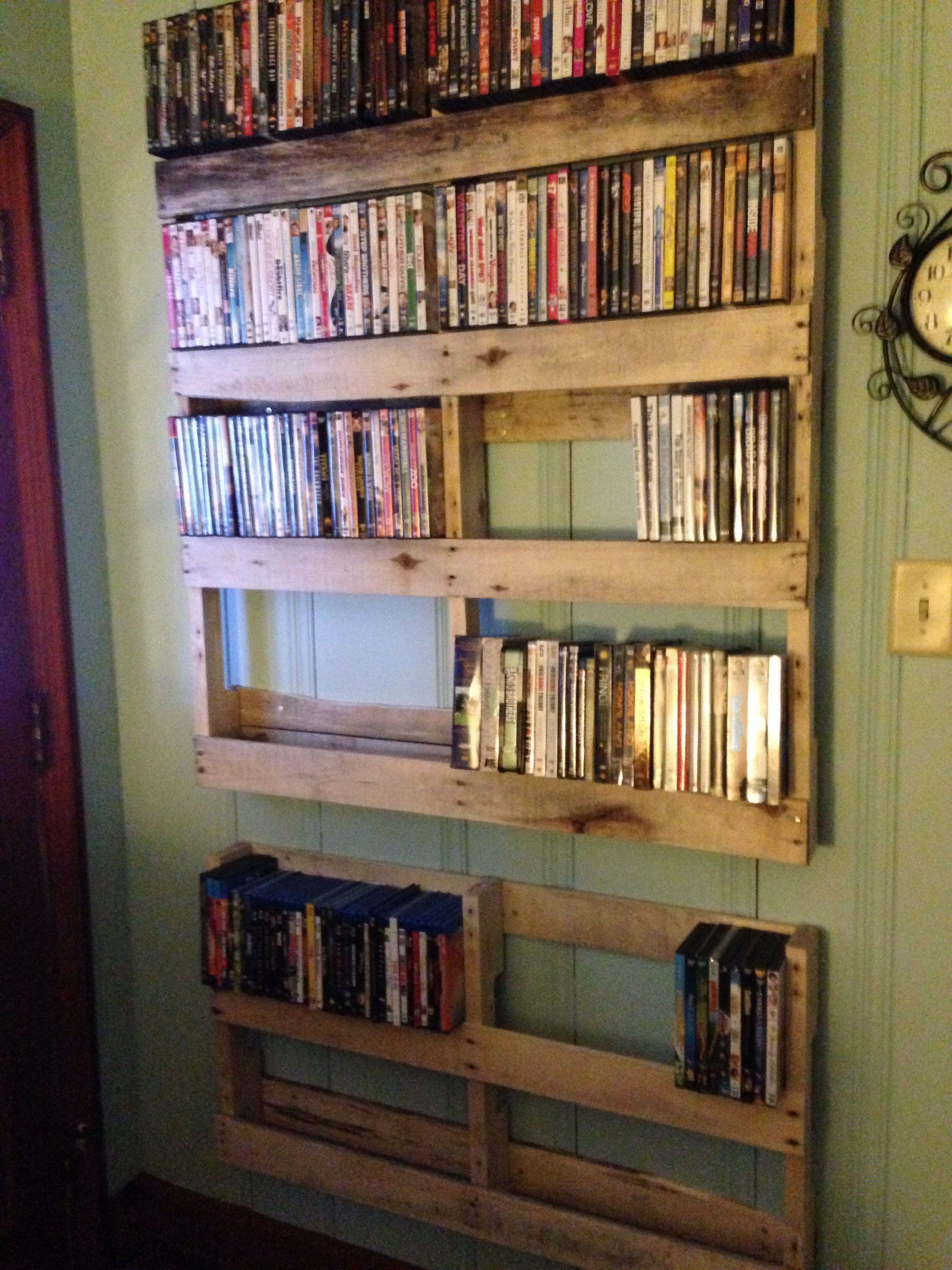 Ideia diferente para os pallets: use-os como estante de livros e dvds!