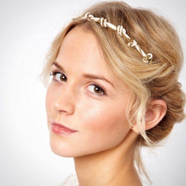 Hochsteckfrisur Haarreif Perlen Volumen Locken Brautfrisur Hochzeitsfrisuren Frisur Hochzeit