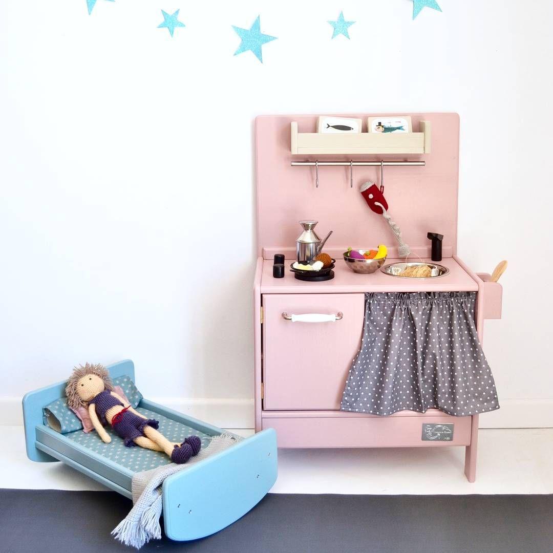 Wooden toykitchen and crib  #playkitchen #kidstoys #woodentoys #macarenabilbao #jouetsenbois