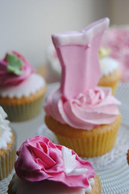 Princess Cupcakes http://3gufettisulcomo.blogspot.it/2016/06/sweet-table-per-una-prima-Comunione.html