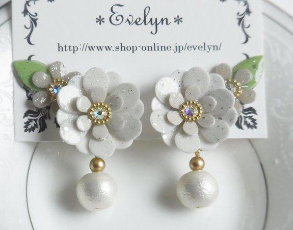 上品なマカロン色のお花モチーフと コットンパールを組み合わせたイヤリングです。 少量のラメをレジンに混ぜてコーティングしてあり綺麗な輝きです。 お花モチーフは...|ハンドメイド、手作り、手仕事品の通販・販売・購入ならCreema。
