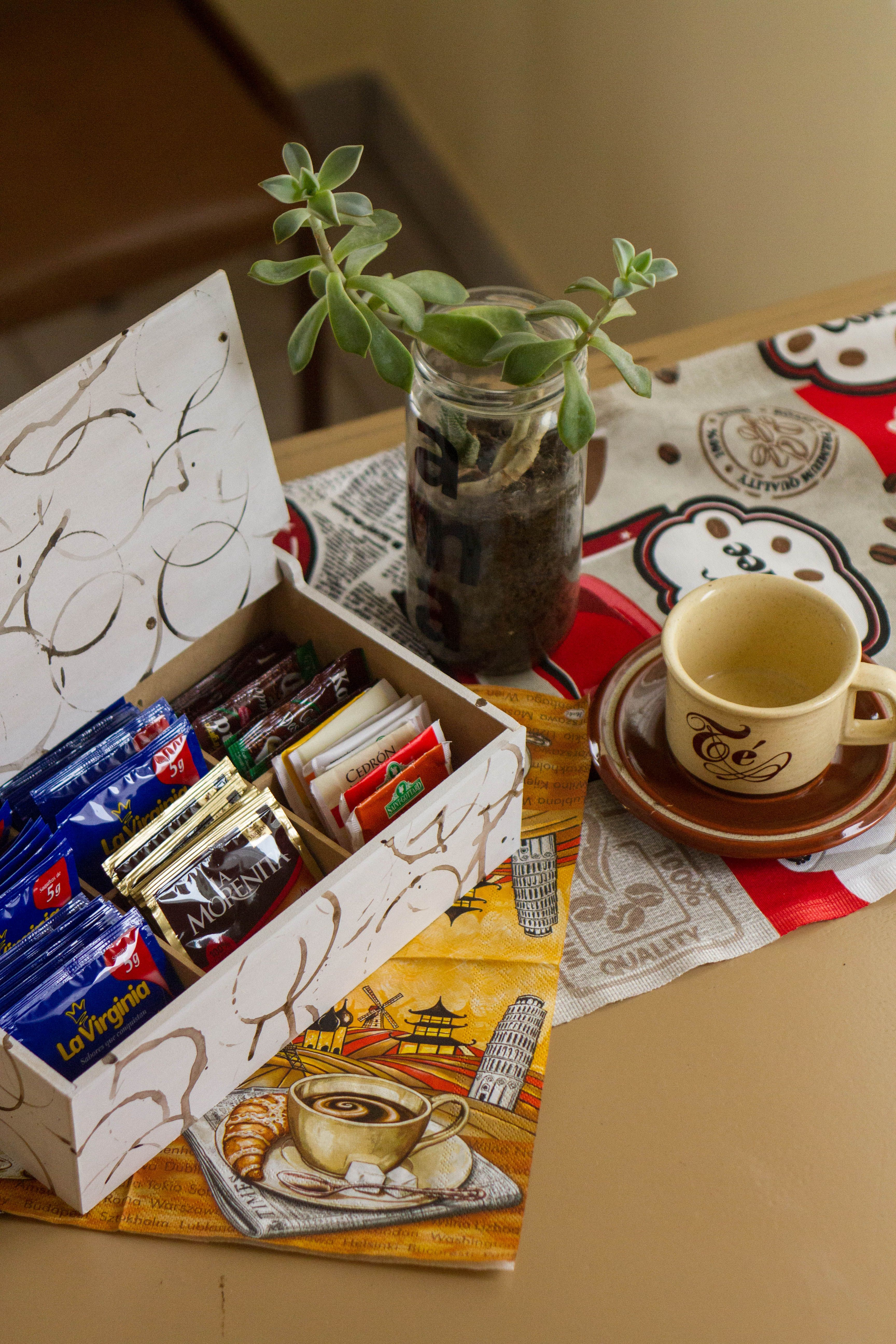 Coffee Tea Box.  Docupage technic with fabric. Watercolor.  Café. Cajita para sobrecitos de café/té con técnica de decoupage con tela y patrón de acuarelas.