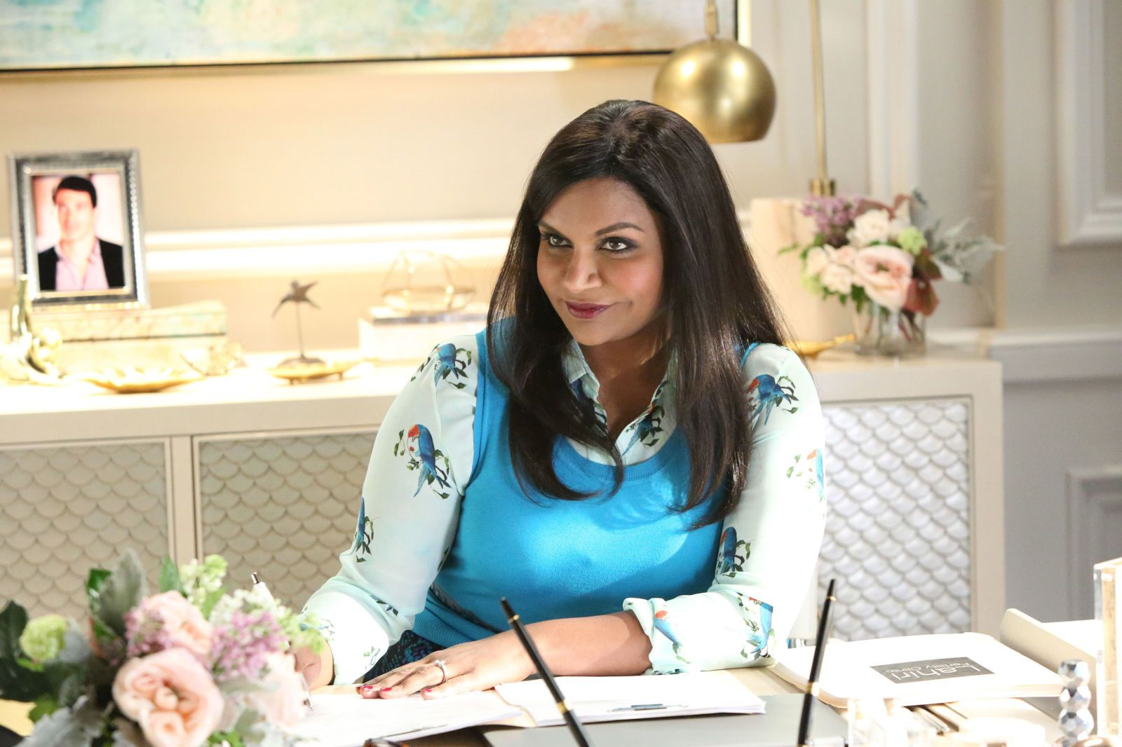 Mindy Kaling In Hollywood Women Have To Send Sorry I M Assertive Gifts The Mindy Project Mindy Kaling Fashion Tv