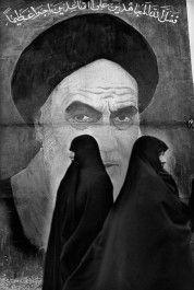 Marc Riboud. Iran, 1979. Sur les murs de Téhéran, l'ayatollah Khomeiny et son regard sévère imposent dès son retour un islamisme pur et dur.