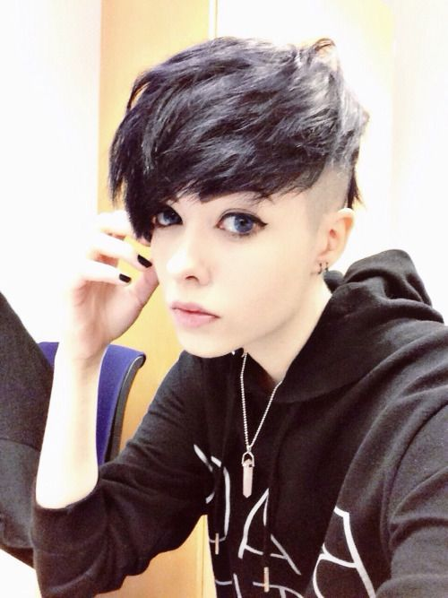 15 Cute Emo Hairstyles For Girls 2015 If You Looking At A Girl Who Just Crossing Eighteen To Twenty Six Age Lev Pixie Sac Stilleri Kisa Sac Kesimleri Pixie Sac