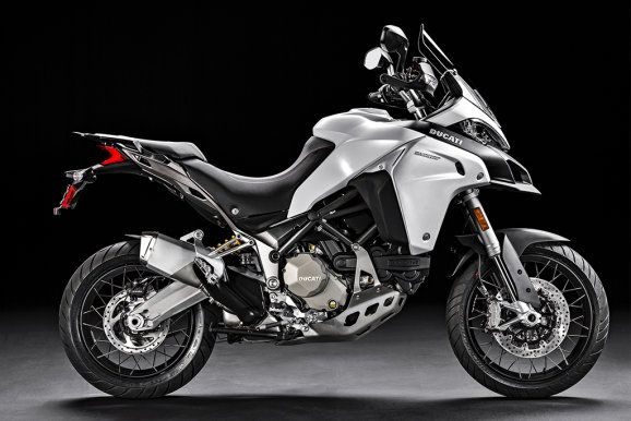... Drahtspeichenräder, längere Federwege, erhöhte Bodenfreiheit und stabiler Motor- und Kühlerschutz machen die Ducati offroadtauglicher.