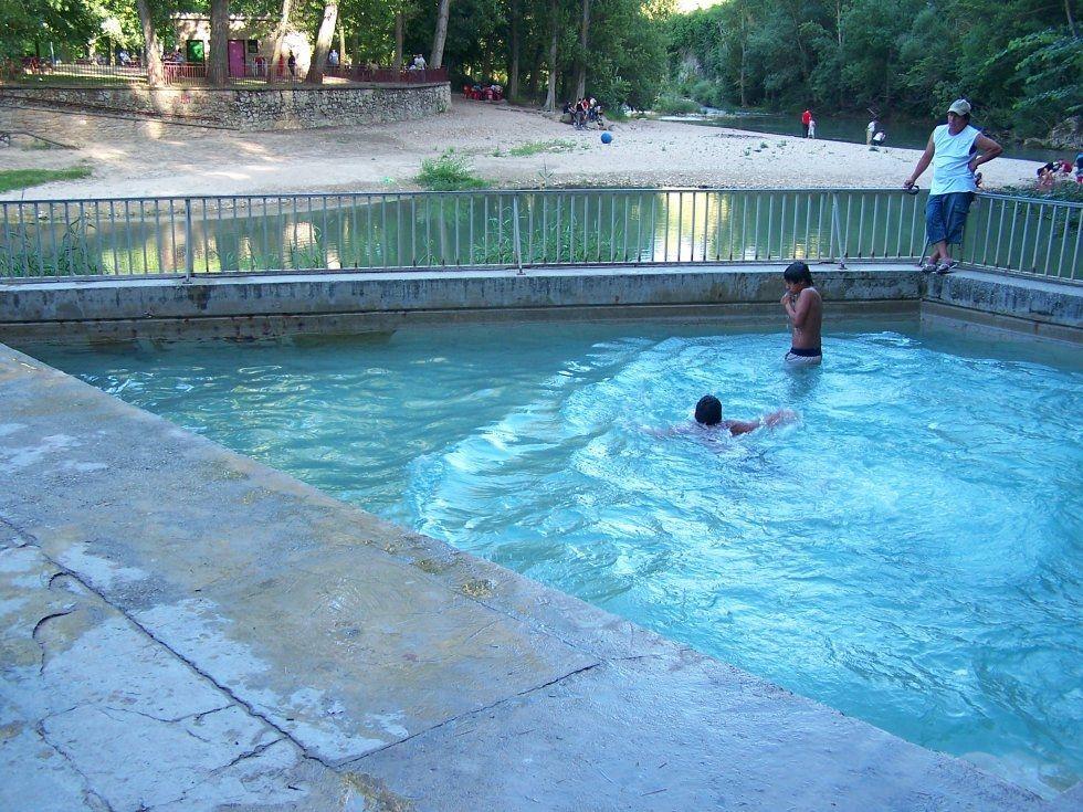 Situado al lado del r o de la riviera ega y de las piscinas municipales esta mini piscina - Piscinas municipales en barcelona ...
