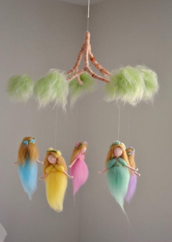 Kindergarten Mobile Waldorf inspiriert: Regenbogen Farben Wolle Feen in einem Zweig