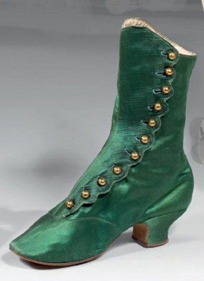 f9884c8e61ec Paire de bottines à talon pour femme, milieu XIXème siècle. Satin vert  émeraude, fermeture sur le côté par 5 petits boutons ronds dorés  nécessitant l'usage ...