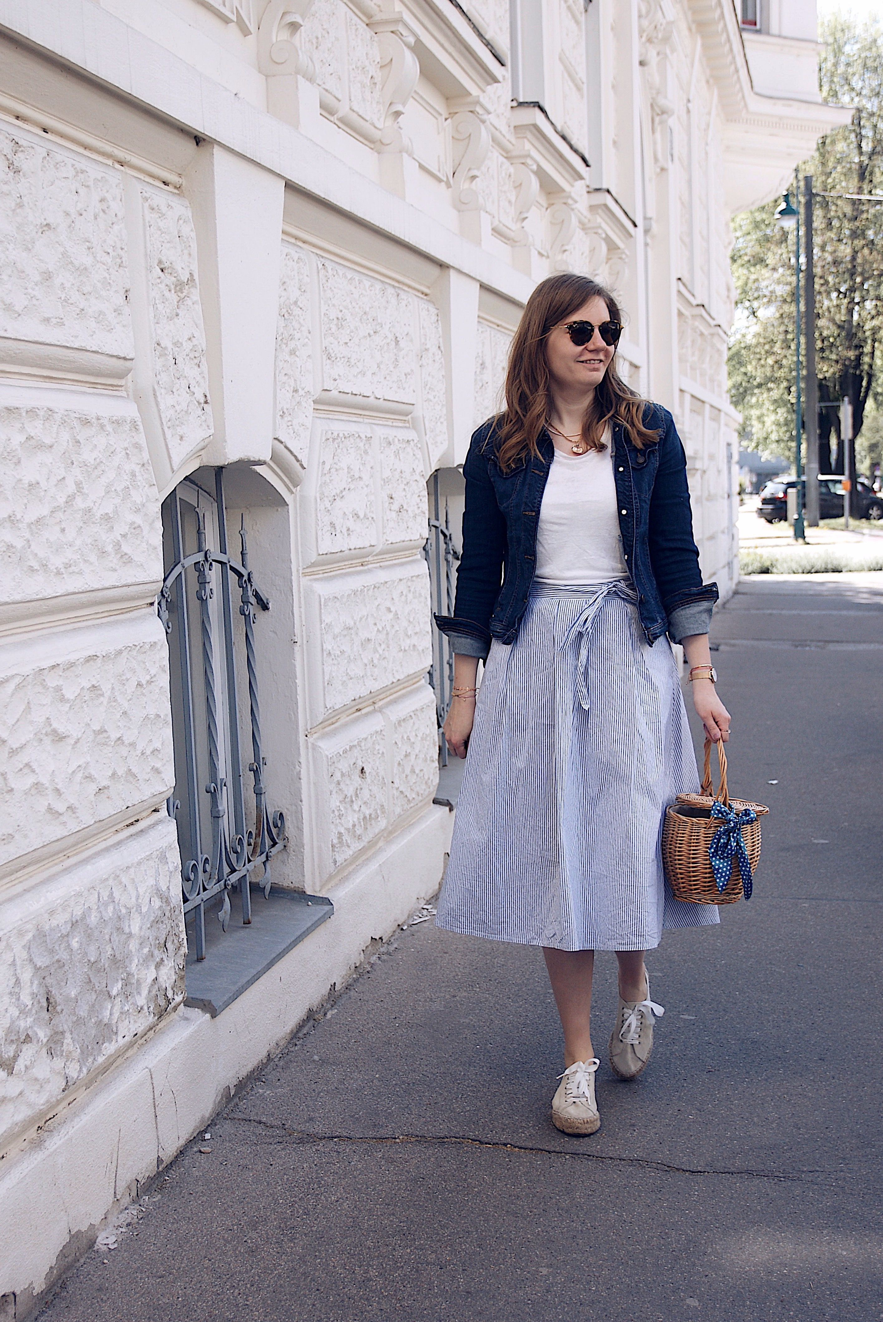 Outfit | Outfit, Blaue jeansjacke, Modetrends
