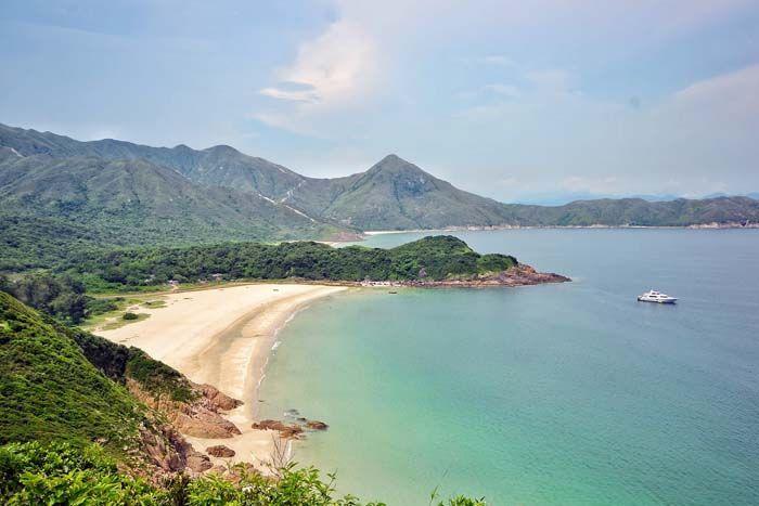 Harvalla kaupungilla on yhtä montaa biitsiä tarjottavanaan: Hongkongin alueella on yli sata hiekkarantaa, ja rannoista upeimmat ja autioimmat ovat kuin suoraan jonkin saariparatiisin matkaoppaasta.