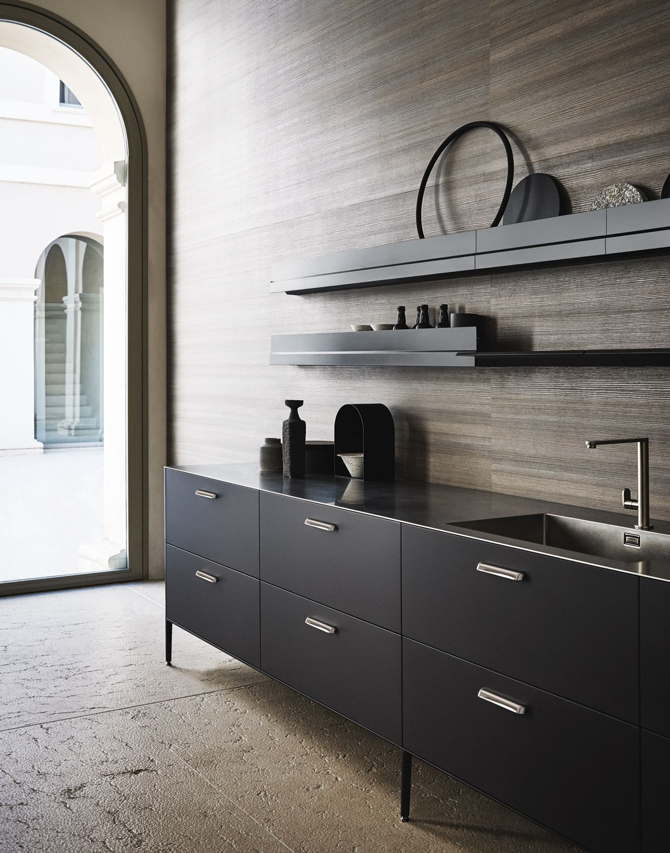 This Dark Kitchen Cabinets Gives A Sleek And Professional Look Combined With A Light Neutral Livi Luxury Kitchens Kitchen Design Trends Interior Design Kitchen