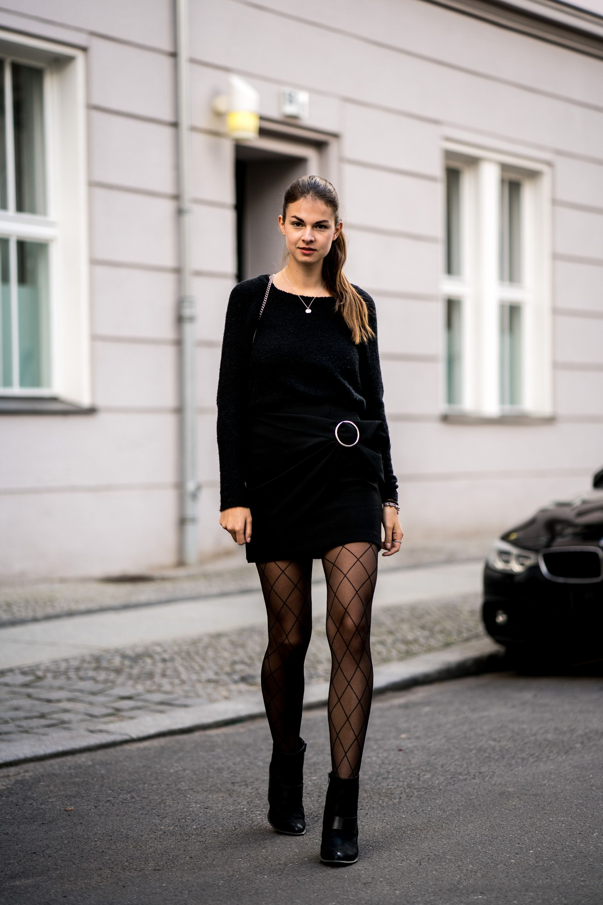 Fishnet Tights Are Still In Fashion But How To Combine It - Schwarzer Enger Rock Kombinieren