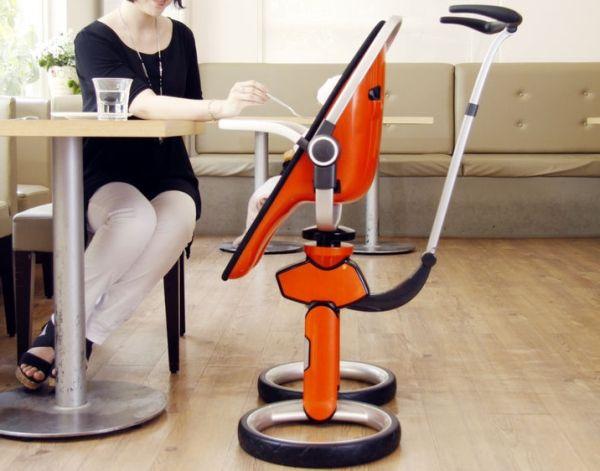 les roues deviennent support au sol, le stabilisateur en V inversé devient pieds, et la poussette se transforme en chaise haute.