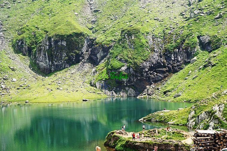 Lacul Bâlea pare o oglindă de aproape a cerului, în care privind, simți cum…