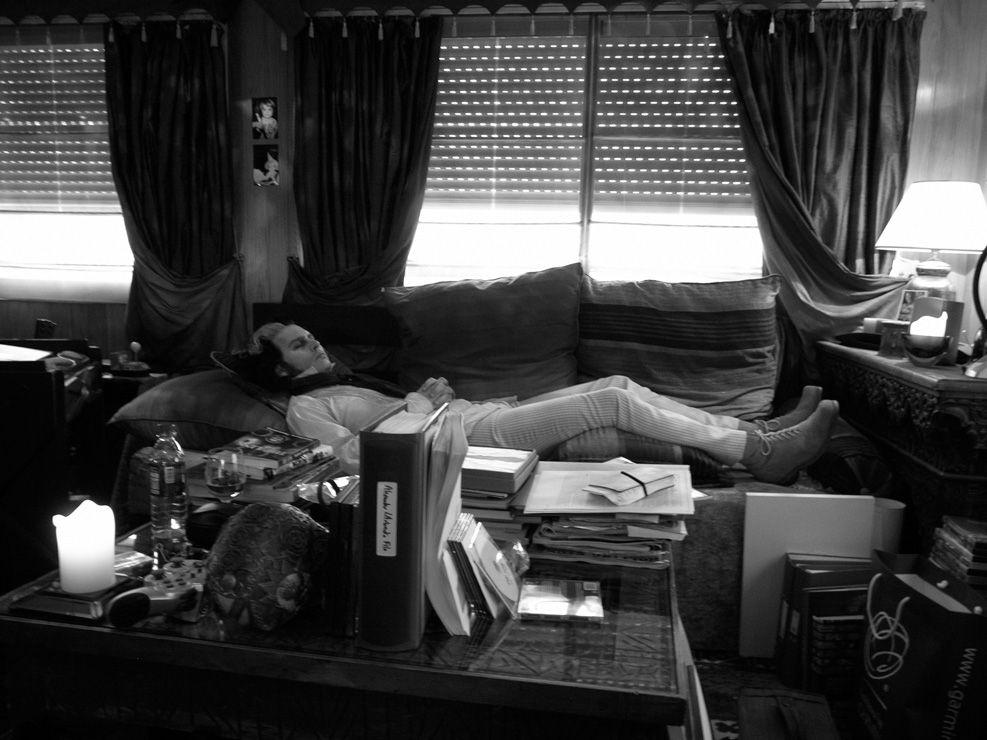 """Johnny Depp en su remolque durante el rodaje de """"Sweeney Todd"""" de Tim Burton"""