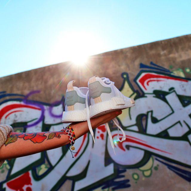 Atentas chicas  Ya tenéis disponibles en nuestras tiendas y en la Shop on-line estas Adidas NMD   https://www.zapatosmayka.es/es/catalogo/mujer/adidas/deportivos/zapatillas/121060060891/nmd-r1-w/