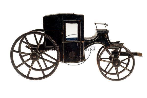 KM 68943 Leksakskupé. Svart. Fyra hjul, två dörrar som går att öppna, skaklarna avbrutna, blå klädsel på insidan. 1800-talet.