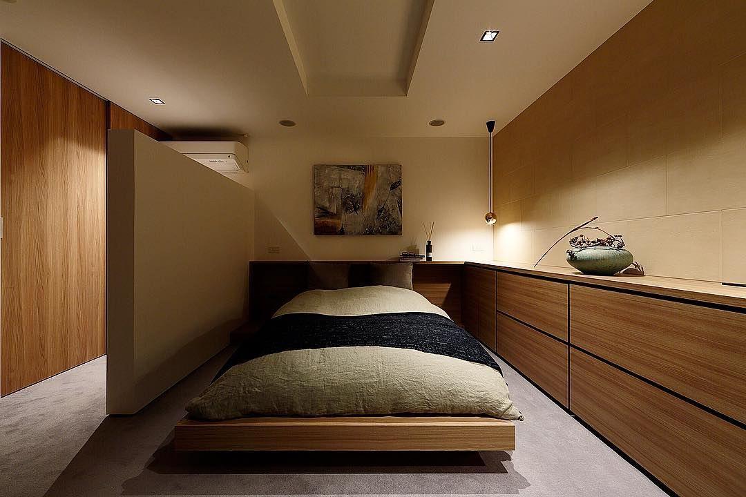 S Itai Architecture Artist S Instagram Post 夜の寝室についても ご質問がありますので コンセプトについてご説明いたします 天井の高さは2100 閉塞感をつくるために 5畳程度の広さですが エアコンの風を直接当てない工夫にさせた 壁ですが