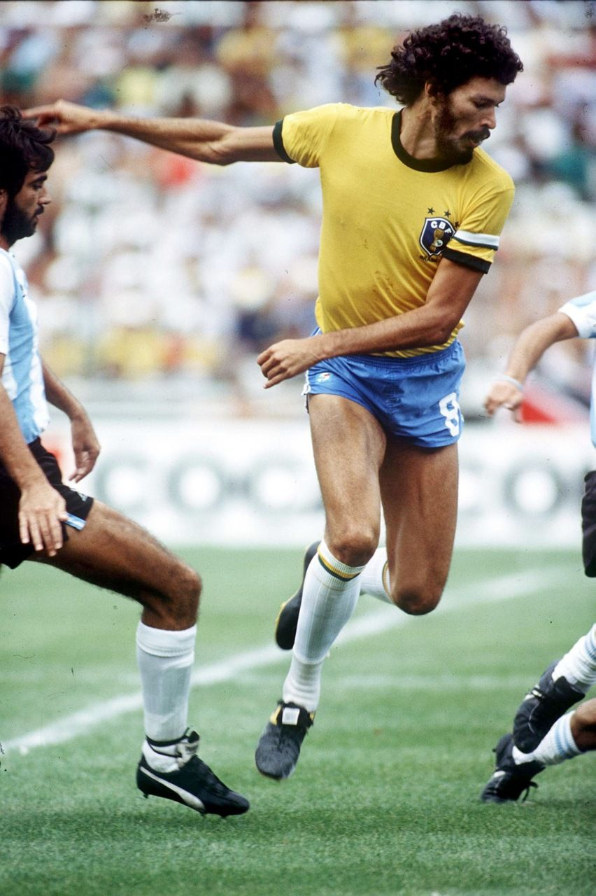 Sócrates contra a Argentina na vitória por 3x1 na Copa da Espanha de 1982.