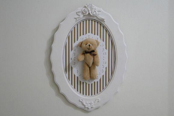 Quadro oval, em mdf, trabalhado com o tema ursinho.  Com aplique do personagem em pelúcia, fundo em papel de scrap e tapetinho rendado.  Perfeito para decorar a porta do quarto de maternidade ou o quarto do bebê. R$ 115,00