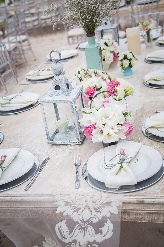 Centro de mesa vintage y shabby chic con rosas blancas - Mesa shabby chic ...